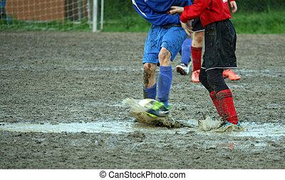 フィールド, フルである, プレーヤー, フットボール, 子供, 泥, の間, 遊び, マッチ