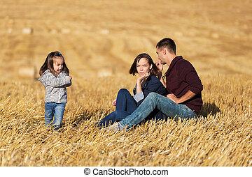 フィールド, 古い, 家族, モデル, 若い, 収穫される, 2, 年, 女の子, 幸せ, 地面