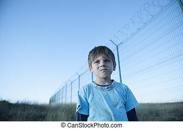 フェンス, ボーダー, 囚人, とげがある, 集中, 悲しい, 子供, かみそり, 高く, 孤児, 衣服, migrant, 貧しい, 避難者, ワイヤー, キャンプ, 汚い, 肖像画, 州, 顔