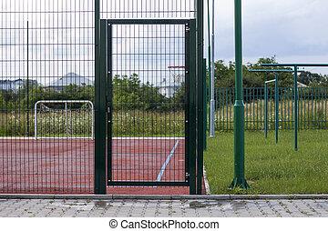 フェンス, 明るい青, 床材, フィールド, ゴム, バックグラウンド。, 運動場, 門, 網, サッカー, 赤, 入口, 保護である, ドア, 田舎, フットボール, 木, クローズアップ, 空, 緑, 田園, 草, 柔らかい, ∥あるいは∥