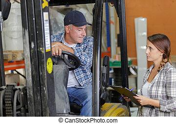 フォークリフト, 大きい, 話し, 倉庫, 彼の, 運転手, マネージャー