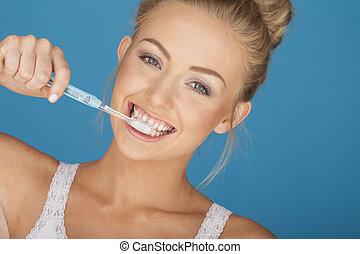 ブラシをかけること, かわいい 女, 歯
