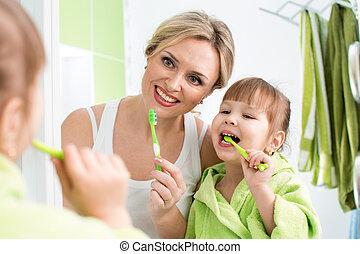 ブラシをかけること, 浴室, 娘, 母, 子供, 歯