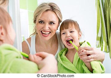 ブラシをかける 歯, 母, 子供