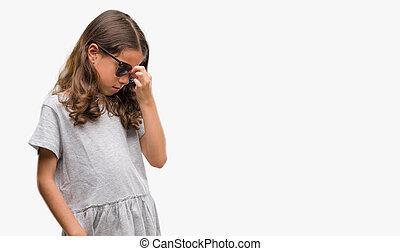 ブルネット, ヒスパニック, 女の子, サングラスをかける, 疲れた, 摩擦, 鼻, そして, 目, 感じ, 疲労, そして, headache., ストレス, そして, 欲求不満, concept.