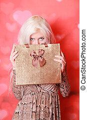ブロンド, 単独で, 贈り物, 赤い背景, 若い, 箱, 女の子