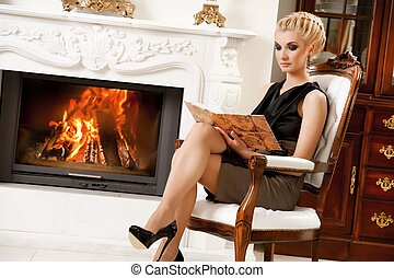 ブロンド, 女性, 読む本, 近くに, 暖炉