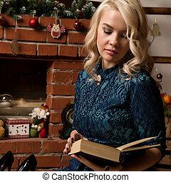 ブロンド, 女, ある, 本を読む, 近くに, ∥, 暖炉, ∥で∥, クリスマスの 装飾