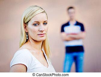 ブロンド, seen., 女の子, そう, 使われた, 見なさい, フォーカス, 彼の, ∥そうすることができない∥, 幾分, 表現, 若い, の後ろ, 交差する 腕, 深刻, 怒る, ボーイフレンド, -, 成人, ありなさい, 彼女, face., 精選する