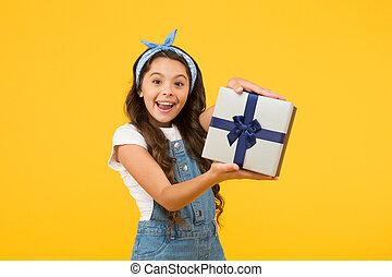プレゼント, 概念, 契約, 驚き, 金曜日, 最も良く, バックグラウンド。, 驚かされる, わずかしか, discount., 明確, 夏, 彼女。, 黄色, box., 子供, 黒, 開いた, must., gifts., 女の子, 買い物, birthday, セール, sales.