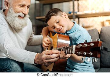 プレーしなさい, 孫, 提示, 祖父, ギター, いかに, 微笑