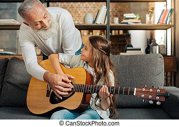 プレーしなさい, 彼の, 孫娘, 祖父, ギター, いかに, 教授, 情事
