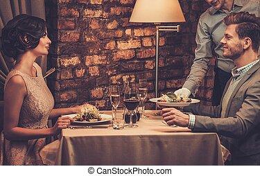 プレート, restaurant., 給仕, サラダ, ウエーター, 恋人, 裕福である, 流行