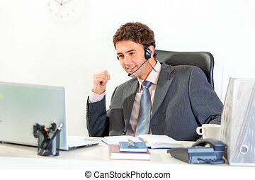 ヘッドホン, オフィス, モデル, ラップトップ, 現代, 見る, 机, ビジネスマン, 微笑