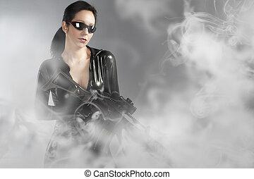 ヘルメット, 女性の保有物, 上に, 銃の煙, セクシー