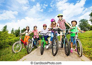 ヘルメット, 子供, カラフルである, 自転車, ウエア, 横列, 幸せ