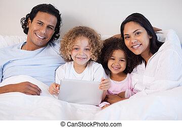 ベッド, 一緒に, ラップトップ, 家族