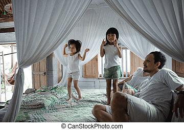 ベッド, 幸せな家族, 一緒に, 遊び