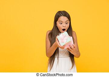 ボクシング, awaited, birthday., おお, いいえ, childhood., 子供, 幸せ, sales., 日, 贈り物, 買い物, 休日, 把握, 黄色, 小さい, concept., present., バックグラウンド。, 驚き, 女の子, 長い間, 驚かされる, 美しさ, box.