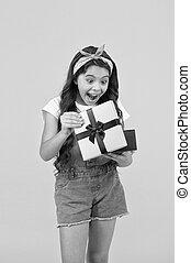 ボックスオープン, 黄色, 金曜日, gifts., 買い物, セール, 誕生日プレゼント, concept., sales., 女の子, 驚かされる, 驚き, 黒, 契約, 夏, 彼女。, わずかしか, discount., 子供, 最も良く, バックグラウンド。
