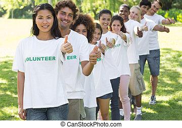 ボランティア, 公園, の上, ジェスチャーで表現する, 親指