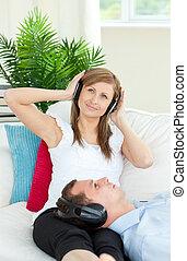 ボーイフレンド, 女, 聞くこと, 音楽, 朗らかである, 彼女