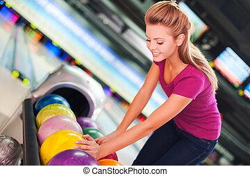 ボール, に対して, 細道, ball., 選択, 女性, 若い, ボウリング, 朗らかである, 微笑に立つこと, 間
