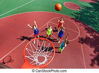 ボール, 上, 飛行, バスケットボールバスケット, の間, 光景
