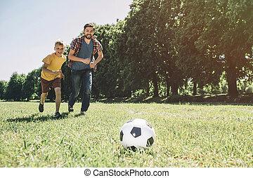 ボール, 彼ら, first., リーチ, 父, football., 息子, 男の子, 動くこと, 一緒に。, ほしい, 遊び