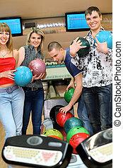 ボール, 青年, 女の子, 2, フォーカス, tenpin, 立ちなさい, ボウリング, 女の子, 人, 遊び, 側, 微笑