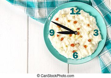 ポリッジ, 青, 概念, 木製である, レーズン, ナット, clock., ミルク, 皿, 朝食, 米, テーブル。, 白
