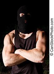 ポンプでくまれる, 凶悪犯, 中に, 黒, マスク, 屋外で, 夜で