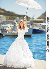 ポーズを取る, 上に, bridal, 結婚式肖像画, 海岸通り, 屋外, 微笑, 白, 花嫁, 傘, 服, 美しい