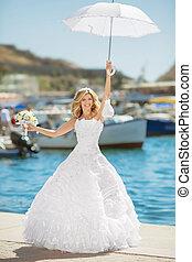 ポーズを取る, 上に, bridal, 結婚式肖像画, 海岸通り, 屋外, 花嫁, 美しい, 傘, 服, 白