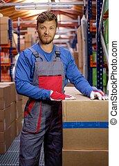 ポーター, ボックスを伴う, 中に, a, 倉庫