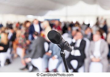 マイクロフォン, フォーカスで, に対して, ぼんやりさせられた, audience., 関係者, ∥において∥, ∥, ビジネス, ∥あるいは∥, 専門家, conference.