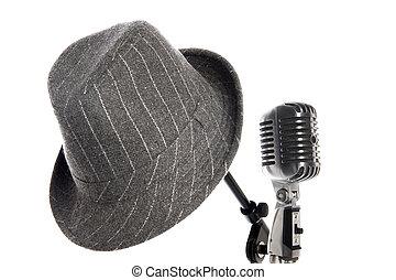 マイクロフォン, 立ちなさい, そして, 帽子