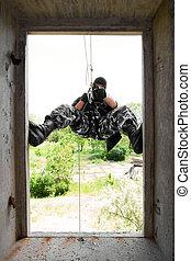マスク, 兵士, 窓, によって, 入る, 黒