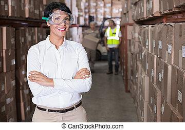 マネージャー, かなり, 微笑, カメラ, 倉庫