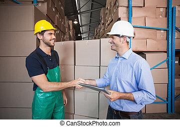 マネージャー, パレット, ローディング, の上, 労働者, 倉庫