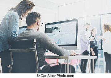 マネージャー, 現代, フィルム, coworking, effect., 背景, 写真, オフィス。, 木, 提示, プロセス, 新しい, デスクトップ, 若い, デザイナー, チーム, 考え, 横, 仕事, コンピュータ, monitor., 創造的, テーブル。, 始動, ぼんやりさせられた