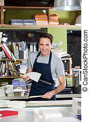 マレ, 労働者, 保有物, ペーパー, そして, 定規, テーブル