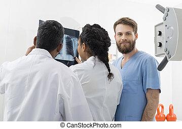 マレ, 放射線技術者, ∥で∥, 同僚, 検査, x 線, 中に, 病院
