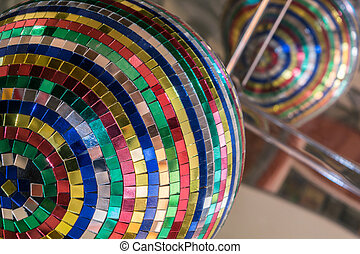 ミラーボール, から, 小さい, 小片, の, 鏡, 中に, 別, 色, 大きさ, そして, shapes., 中に, ∥, 背景, a, 反映された, 天井, 反映, 鏡, ball.