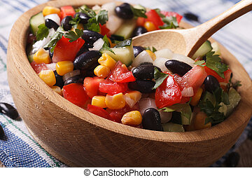 メキシコのサラダ, 木製である, マクロ, 野菜, プレート。, 横