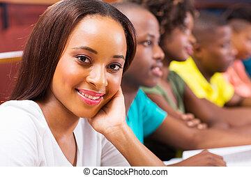 メスのアフリカ人, アメリカ人, 大学学生, 中に, 講堂