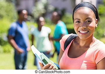 メスのアフリカ人, 大学生, 保有物, 本, 上に, キャンパス