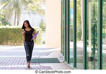 メッセージ, 歩くこと, 若い, 学生, 魅力的, 屋外で, smart-phone, 彼女, アジア人, タイプ, 間