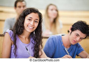 メモをとる, 微笑, 学生