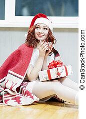 モデル, コーカサス人, カップ, 暖かい, 飲むこと, クリスマス, 下に, 肖像画, 微笑。, red-haired, 新しい 家, 年, 前部, 女の子, 巻き毛, 箱, ideas., plaid, 毛, santa, 贈り物, 帽子, 概念